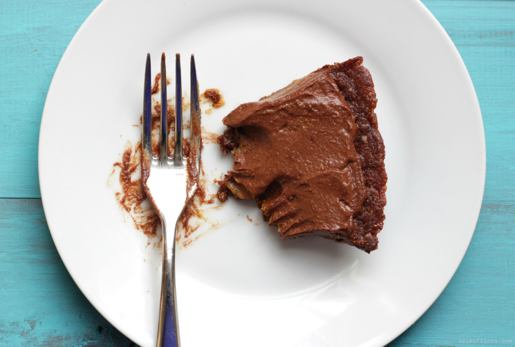 No Bake Chocolate Salted Caramel Pie: For all you chocolate lovers. GF, DF, Vegan, refined sugar free - rich, creamy, salty, sweet and HEALTHY!